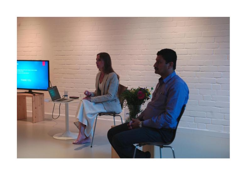 > Hier siehst Du die Ärztin Dr. med. Wiebke Mohme zusammen mit einem indischen Arzt. Dr. Mohme hält Vorträge zu Themen aus dem Yoga & dem Ayurveda. Außerdem ist sie eine tolle Übersetzerin.Hier siehst Du die Ärztin Dr. med. Wiebke Mohme zusammen mit einem indischen Arzt. Dr. Mohme hält Vorträge zu Themen aus dem Yoga & dem Ayurveda. Außerdem ist sie eine tolle Übersetzerin.